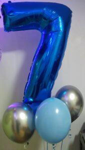 """Композиція """"Цифра Сім синя"""" Ціна 350грн. В набір входить: -1шт. фольгована синя цифра -2шт. латексні голубі кульки -2шт. хромовані срібні кульки"""